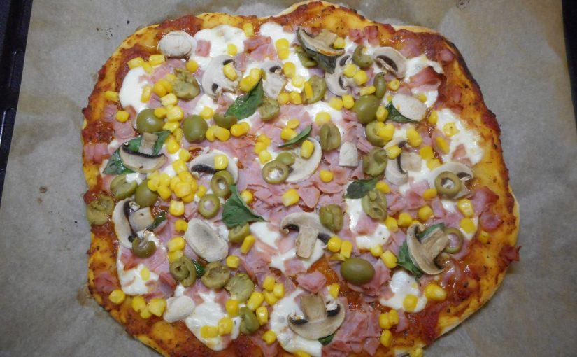 Recept na domácí pizzu – s rajčatovým i smetanovým základem